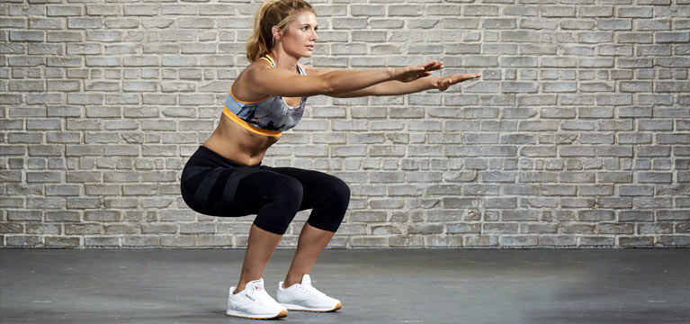 Faites des pompes et squats 5 à 15 minutes par jour pour affiner votre silhouette rapidement