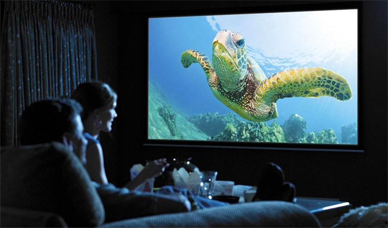 Le vidéoprojecteur LED Apeman, idée cadeau original pour homme de 30 à 40 ans